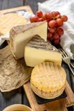 最旧的法国人AOC软绵绵地pudgent黄色乳酪利瓦罗品尝, 图库摄影