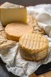 最旧的法国人AOC软绵绵地pudgent黄色乳酪利瓦罗品尝  库存照片