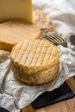 最旧的法国人AOC软绵绵地pudgent黄色乳酪利瓦罗品尝  库存图片
