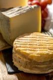 最旧的法国人AOC软绵绵地pudgent黄色乳酪利瓦罗品尝  免版税库存图片