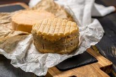 最旧的法国人AOC软绵绵地pudgent黄色乳酪利瓦罗品尝  图库摄影