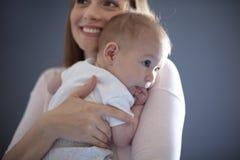 最美丽是妈妈的拥抱 免版税库存照片