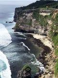 最美丽的海角Uluwatu在俯视海洋的巴厘岛 免版税库存图片