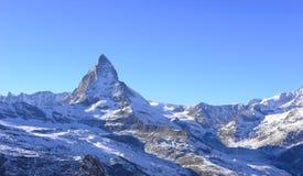 最美丽的瑞士阿尔卑斯,马塔角在有touris的策马特 库存图片
