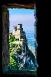 在峭壁的城堡在圣马力诺 免版税库存照片