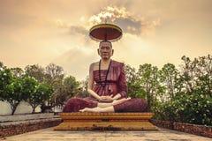 最著名的佛教圣徒的大雕象北泰国;Kru ba在Wat禁令剧痛,李,讽刺文的Sri Wichai,泰国 免版税图库摄影