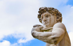 最著名的雕象在佛罗伦萨,米开朗基罗,意大利的大卫在蓝天隔绝了 免版税库存图片