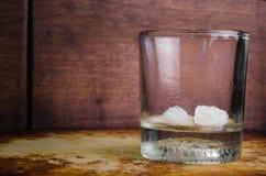 最近土气被倒空的威士忌酒的玻璃 免版税库存图片