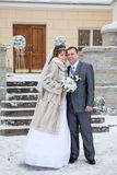 最近婚姻在冬天季节的夫妇 免版税库存图片