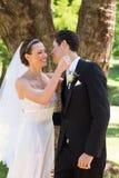 最近婚姻夫妇对拥抱在庭院里 库存照片
