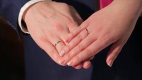 最近婚姻夫妇有婚戒的` s手 新娘和新郎与婚戒 花束递婚姻的环形 股票视频