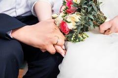 最近婚姻夫妇有婚戒的` s手 库存照片