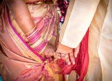 最近婚姻握手的印度印地安夫妇 免版税库存照片