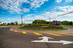 最近安装的圆形交通路口 库存照片