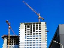 最近建造的房子在城市的最近被建立的区域 公寓的透视建筑 基础设施和产业 库存照片