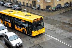 最近开始雪秋天和公共汽车云香36 免版税库存照片