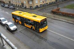 最近开始雪秋天和公共汽车云香36 库存图片