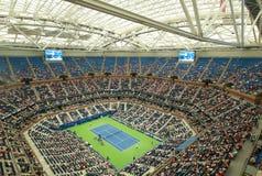 最近改善的亚瑟・艾许球场在晚上会议期间的比利・简・金国家网球中心在美国公开赛2016年 库存图片