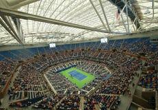 最近改善的亚瑟・艾许球场在晚上会议期间的比利・简・金国家网球中心在美国公开赛2016年 免版税库存图片