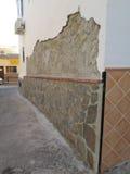 最近石穿的墙壁 免版税库存图片