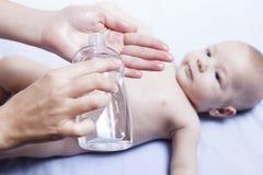 最近被清洗的婴孩准备好油 免版税库存图片