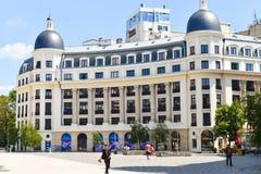 最近restaurated新古典建筑大厦在大学广场或皮亚塔Universitatii在布加勒斯特街市  免版税库存图片
