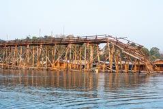 最长的木桥和浮动镇在Sangklaburi Kanch 免版税库存照片