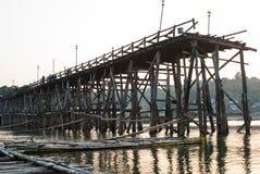 最长的木桥和浮动镇在Sangklaburi Kanch 免版税图库摄影