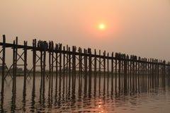 最长的柚木树桥梁U-Bein在曼德勒 缅甸,缅甸 免版税库存照片