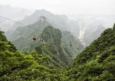最长的空中览绳在世界上,与山的风景视图,绿色森林和薄雾-天门山,天堂` s门在 图库摄影