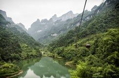 最长的空中览绳在世界上,与湖的风景视图,山、绿色森林和薄雾-天门山,天堂` 库存照片