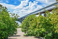 最长的被遮盖的桥在世界上,在鄂毕河 诺沃 库存图片