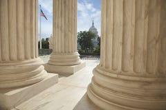 最高法院的专栏与一面美国国旗和美国加州的 图库摄影