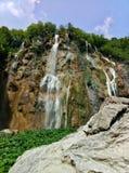 最高的78米在Plitvice湖的瀑布在克罗地亚 在前景的一个岩石 免版税库存照片