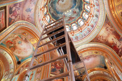 最高限额圆顶上升的楼梯 免版税库存照片