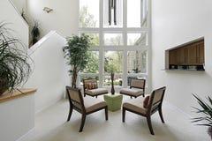 最高限额视窗的楼层客厅 图库摄影