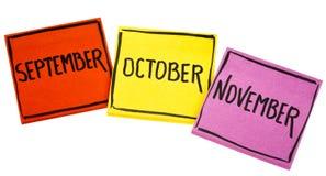 9月、10月和11月在稠粘的笔记 库存图片