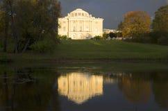 10月下午的落日的Pavlovsk宫殿 免版税库存照片
