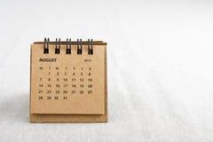 8月与拷贝空间的日历板料在右边 库存图片