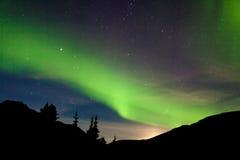 月亮上升小山北极光极光borealis 免版税库存照片