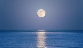 月亮上升的海运 免版税图库摄影