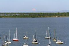 月亮上升 海、小船和海岛 免版税库存图片