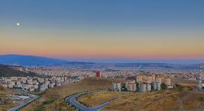 月亮和城市-从伊兹密尔的一个HDR视图 库存图片