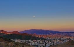 月亮和城市-从伊兹密尔的一个HDR视图 免版税图库摄影