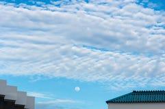 月亮和天空与云彩 免版税库存图片