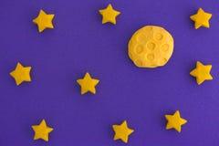 月亮和满天星斗的天空在晚上 免版税库存照片