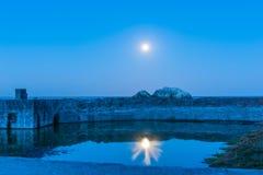 月亮在池水反射了在海岸的 免版税库存照片