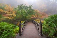 月亮桥梁在波特兰日本庭院一个五颜六色的有雾的秋天早晨 免版税图库摄影