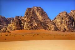 月亮瓦地伦约旦橙色黄沙岩层谷  免版税图库摄影