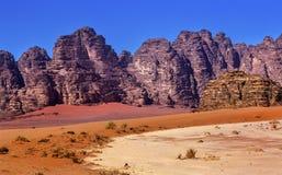 月亮瓦地伦约旦橙色黄沙岩层谷  免版税库存照片